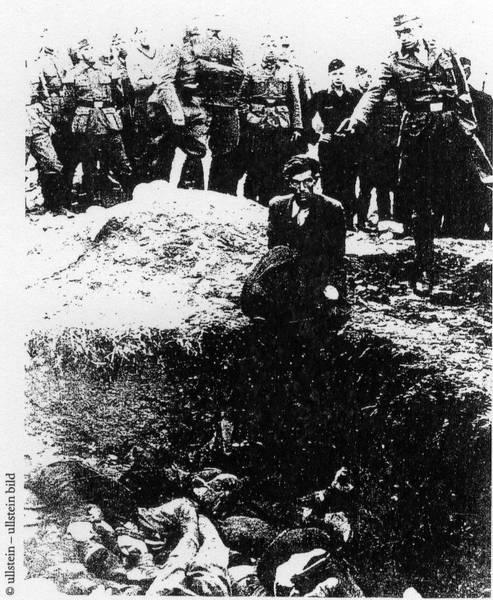 Deutsche Militärangehörige töten Juden © by Ullstein Bild